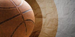在难看的东西纸背景的篮球老球 免版税库存照片