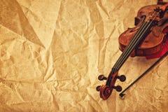 在难看的东西纸背景的经典小提琴 免版税库存图片