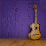 在难看的东西背景纹理的葡萄酒吉他 库存图片