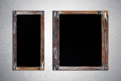 在难看的东西水泥墙壁上的空白的葡萄酒粉笔板 库存图片