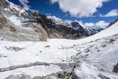 在雀儿山通行证的冰川有Lobuche峰顶背景,珠穆琅玛regi 免版税库存图片
