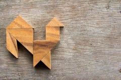 在雄鸡形状的木七巧板难题 免版税库存照片
