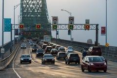 在雅克・卡蒂埃桥梁的交通 库存图片
