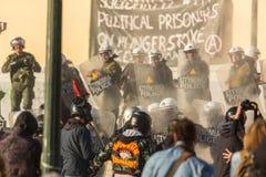 在雅典大学附近的无政府主义者抗议,由抗议者占领了 库存照片