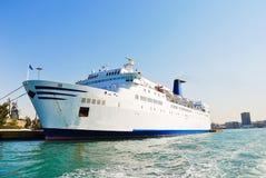 在雅典港的白色巡航划线员  库存照片