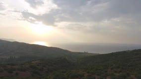 在雅典的鸟瞰图有沿海和日落背景的 射击 田园诗阿提卡大区东部的空中全景 股票录像