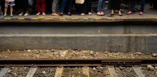 在雅加达拍的铁路照片旁边的人等待的火车印度尼西亚 库存图片