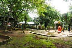 在雅加达拍的绿色庭院照片中间的儿童操场印度尼西亚 免版税库存图片
