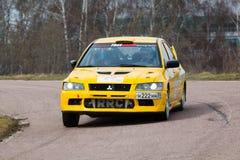 在集会大师展示的黄色赛车 图库摄影