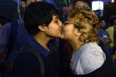 在集会的亲吻 免版税库存图片