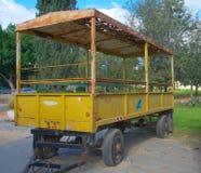 在集居区的老拖车 库存图片