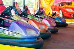 在集市场所吸引力的五颜六色的电碰撞用汽车在游乐园 免版税库存图片