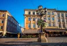 在集市广场的五颜六色的大厦在利沃夫州市 免版税库存图片