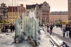 在集市广场的现代喷泉 免版税库存照片