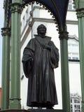 在集市广场的纪念碑Melanchthon在城镇厅前面,威顿堡,德国04 12 2016年 免版税库存图片