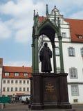 在集市广场的纪念碑Melanchthon在城镇厅前面,威顿堡,德国04 12 2016年 库存照片