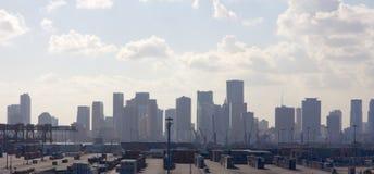 在集装箱码头之后的迈阿密地平线 库存照片