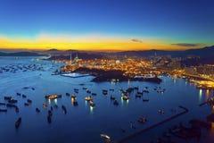在集装箱码头的日落在香港 库存照片