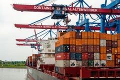 在集装箱码头Altenwerder的大集装箱船在汉堡 免版税库存图片