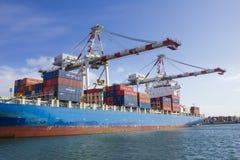 在集装箱船将卸载的容器在墨尔本,澳大利亚港的斯旺森船坞  免版税库存照片