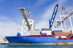 在集装箱船将卸载的容器在墨尔本,澳大利亚港的斯旺森船坞  免版税库存图片