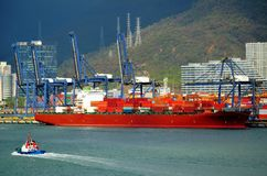 在集装箱船的桥式起重机在盐田区,中国港  库存照片