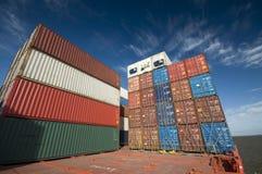 在集装箱船的甲板的被堆积的容器 免版税库存图片