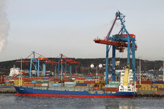 在集装箱船的货物操作 免版税库存照片