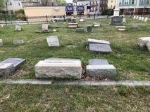 在雍容公墓,上帝罗德岛的倒塌的墓石 库存图片