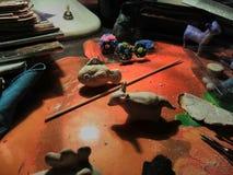在雕刻被创造的创造性的静物画从黏土过程中 免版税库存照片