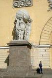 在雕塑附近的卫兵在海军部大厦门面 免版税库存照片