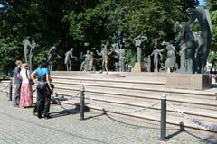 在雕塑M的观众 M Shemyakin孩子-成人恶习的受害者 免版税库存照片