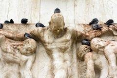 在雕象顶部的鸽子在阿姆斯特丹,荷兰 荷兰 免版税库存图片