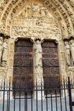 在雕刻的精妙的细节在被成拱形的门道入口,巴黎圣母院,巴黎, 2016年 库存照片