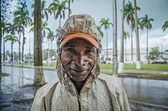 在雨下的一个原史马达加斯加人的人在街道上 库存图片