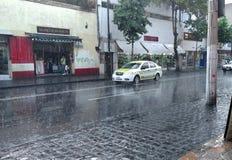 在雨下的出租汽车 图库摄影