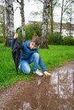 在雨下的可爱的男孩 免版税库存图片