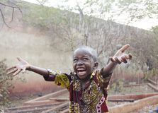 在雨下的甜矮小的非洲男孩在马里非洲 免版税图库摄影