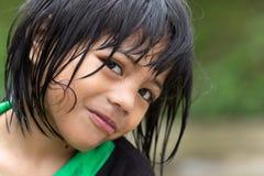 在雨下的菲律宾女人小女孩 免版税库存图片