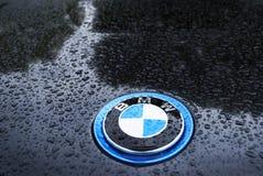 在雨下的BMW与水下落 库存照片