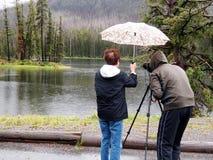 在雨中拍照片 库存图片