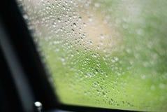 在雨中驾驶汽车在湿路 多雨天气通过车窗 雨通过移动的汽车挡风玻璃  看法通过Th 库存图片