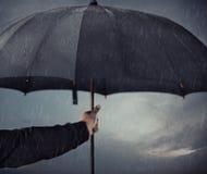 在雨之下的伞 免版税库存照片