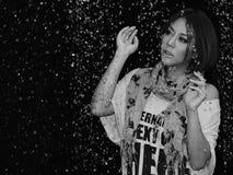 在雨之下的妇女 图库摄影