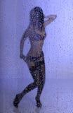在雨之下的新性感的妇女 免版税图库摄影