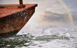 在雨之后,湖,遥远的彩虹 免版税图库摄影