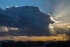 在雨云后的日落 图库摄影