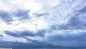在雨云形成前的天空阴云密布 库存照片