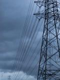 在雨云的电高传输 免版税库存图片