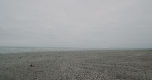 在雨以后的大灰色海滩与夺取录影特写镜头的好的海滨 慢动作 4k在红色史诗射击了 股票视频